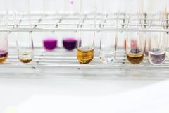 O estudo que separa pela filtragem as subst?ncias componentes da mistura l?quida imagem de stock royalty free