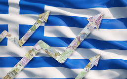 O Euro crescente nota setas sobre a bandeira grega Fotos de Stock