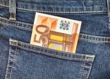 O euro da cédula 50 que cola fora das calças de brim pocket Fotos de Stock