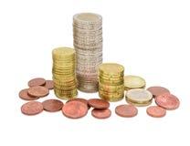 O Euro inventa denominações diferentes empilhado parcialmente nas colunas Foto de Stock