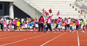 O evento do dia do esporte dos miúdos fotos de stock
