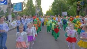 O evento nacional da cidade, as crianças da multidão e os adolescentes em trajes diferentes andam ao longo dos cantos da rua e do vídeos de arquivo
