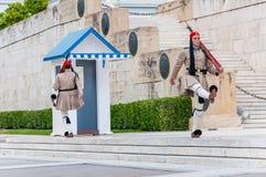 O Evzones ou o Evzonoi, a guarda presidencial são uma unidade cerimonial da infantaria que guarde o túmulo do soldado desconhecid imagens de stock royalty free
