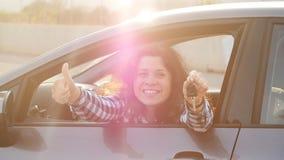 O excitador da mulher que mostra o carro fecha o sorriso feliz em seu carro novo filme
