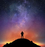 O excursionista observa um céu brilhante Foto de Stock Royalty Free