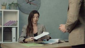 O executivo cansado ocupado despertou pelo empregado no escritório video estoque