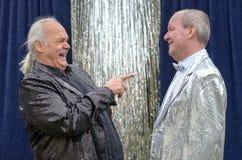 O executor jovial que tem um bom ri de seu amigo fotografia de stock royalty free
