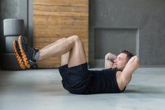 O exercício da aptidão do homem novo, abdominal tritura para o Abs fotos de stock royalty free