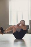 O exercício da aptidão do homem novo, abdominal tritura para o Abs fotos de stock