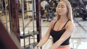O exercício da menina com o simulador do poder no gym em 4K video estoque