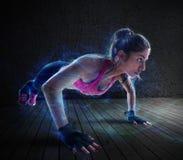 O exercício da mulher com levanta imagens de stock