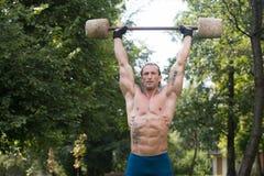 O exercício do homem com o Barbell feito da mão fora malha Foto de Stock Royalty Free