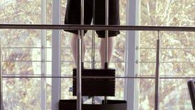 O exercício do poder, homem forte do atleta com corpo de esportes bonito levanta no simulador durante o treinamento da força na a vídeos de arquivo