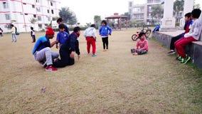 O exercício fazendo das crianças estaciona em público Rohtak Hariyana na Índia filme