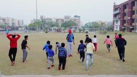 O exercício fazendo das crianças estaciona em público Rohtak Hariyana na Índia vídeos de arquivo
