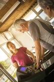 O exercício pessoal do instrutor ajuda o homem idoso Homem superior no j foto de stock royalty free