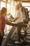 O exercício pessoal do instrutor ajuda pares idosos Pares superiores sobre fotos de stock