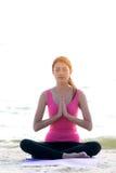 O exercício saudável do estilo de vida da jovem mulher vital medita e ioga praticando no litoral, fundo da natureza imagens de stock royalty free