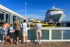 O explorador do ` do forro do cruzeiro do ` dos mares entrou na montagem Maunganui, Nova Zelândia, o 24 de fevereiro de 2013 Foto de Stock Royalty Free