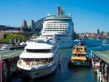 O explorador dos mares o melhor navio de cruzeiros, cozinheiro do capitão cruza e balsa de Sydney em um quadro da foto no porto d Foto de Stock