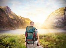 O explorador encontra um lago foto de stock royalty free