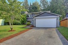 O exterior cinzento bonito da casa do passeador caracteriza o tapume cinzento foto de stock
