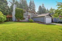 O exterior cinzento bonito da casa do passeador caracteriza o tapume cinzento fotografia de stock royalty free