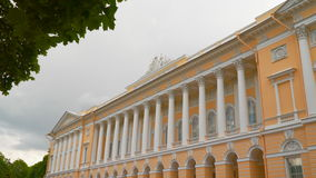O exterior da construção do museu St Petersburg do russo filme