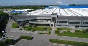 O exterior de uma grande planta de produção ou fábrica moderna, exterior industrial, exterior moderno da produção video estoque