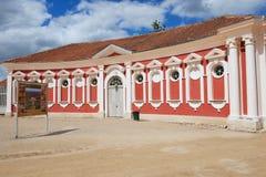 O exterior do vermelho pintou os estábulos que constroem ao lado do palácio de Rundale em Pilsrundale, Letónia Imagem de Stock
