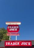O exterior e o sinal de Joe do comerciante Fotos de Stock