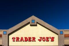 O exterior e o sinal de Joe do comerciante Imagens de Stock