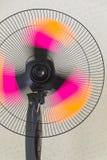 O fã do suporte Fã retro de cobre Ventilador elétrico do vintage Fã do metal suporte Ventiladores de refrigeração foto de stock royalty free