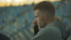 O fã masculino descontentado com jogo da equipe de futebol nacional, mantém-se quieto, enfado vídeos de arquivo