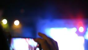 O fã toma a imagem no fim da silhueta da mão da mostra do evento do concerto video estoque