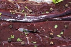 O fígado cru com especiarias fecha-se acima Foto de Stock