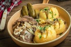 O fígado de frango frito com cebola serviu com batatas trituradas e p Fotografia de Stock