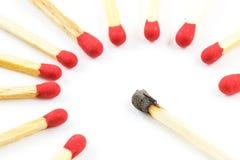 O fósforo vermelho cola a vara ao redor queimada do fósforo isolada Fotografia de Stock
