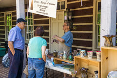 O fabricante da cerâmica em explora o parque Imagem de Stock Royalty Free