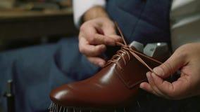O fabricante de sapata amarrou sapatas, mestre, artesão, trabalhador é fabricação, produz, faz sapatas na oficina pequena, fábric vídeos de arquivo