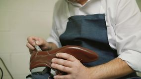 O fabricante de sapata embebe a colagem, mestre, artesão, trabalhador é fabricação, produz, faz sapatas na oficina pequena, fábri video estoque
