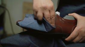 O fabricante de sapata, mestre, artesão, trabalhador é fabricação, produz, faz sapatas na oficina pequena, fábrica sapatas dos po video estoque