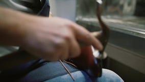 O fabricante de sapata, mestre, artesão, trabalhador é fabricação, produz, faz sapatas na oficina pequena, fábrica martelo que ba filme