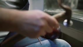 O fabricante de sapata, mestre, artesão, trabalhador é fabricação, produz, faz sapatas na oficina pequena, fábrica martelo que ba vídeos de arquivo