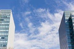 O facede moderno da construção com as janelas do retângulo e do quadrado forma o lugar no lado do grame com o céu azul claro com  fotos de stock