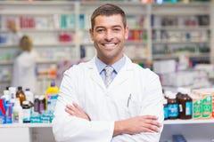 O farmacêutico de sorriso no laboratório reveste a vista da câmera imagens de stock royalty free