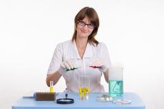 O farmacêutico mistura os dois líquidos Foto de Stock