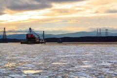 O farol de Hudson River Athen com barge dentro o inverno Foto de Stock Royalty Free