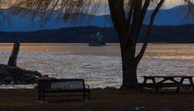 O farol de Hudson River Athen com barge dentro o inverno Fotografia de Stock Royalty Free