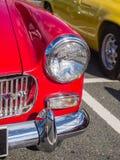 O farol dos carros clássicos do vintage que participam em uma fuga roda-se Fotografia de Stock